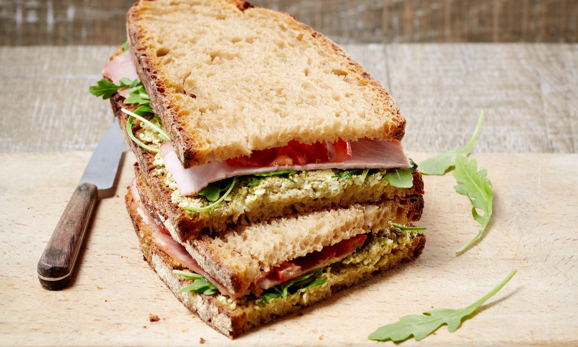 Sandwich Tourte de Meule, jambon et crudités & pesto basilic anisé et menthe