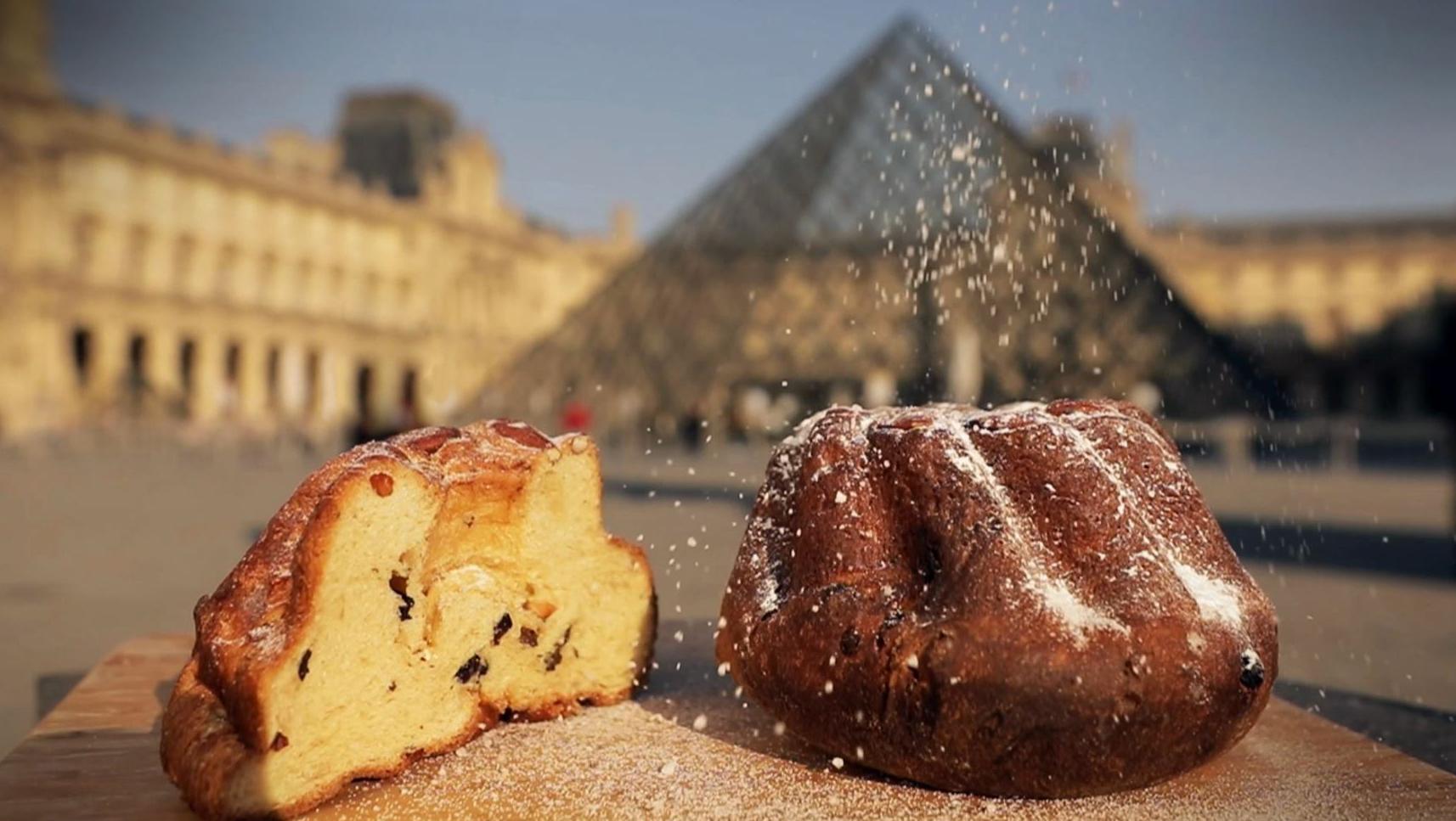 Un kouglof posé devant le Louvre