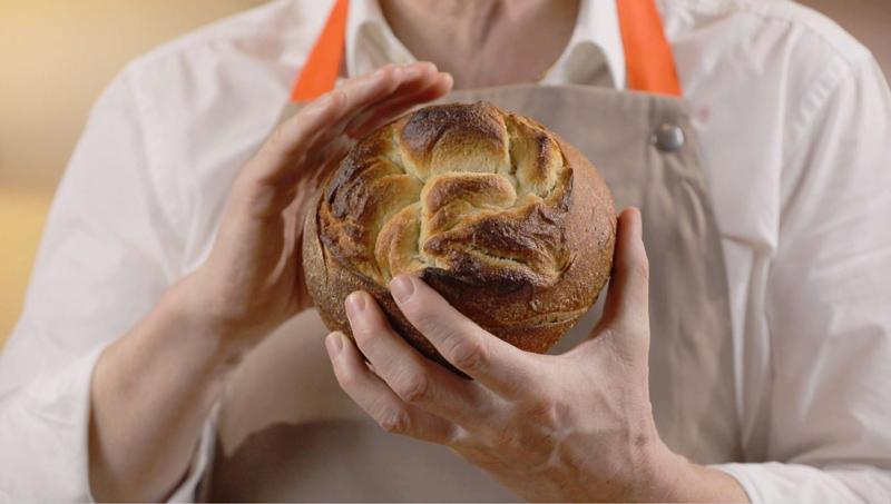Eric Kayser tenant le pain Macatia qu'il vient de réalisé